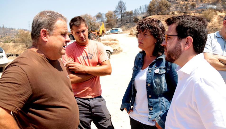 El vicepresident, Pere Aragonès, i la consellera d'Agricultura, Teresa Jordà, conversant amb el propietari de la granja de la Torre de l'Espanyol.
