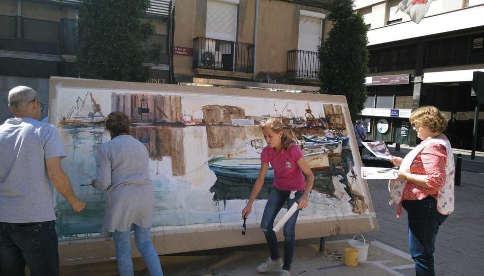 L'Associació Cultural Pinzell Trempat de Reus va pintar els quadres a la plaça Catalunya.