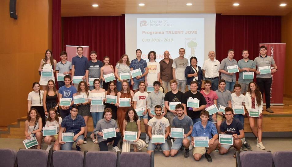 Fotografia de família dels participants al programa Talent Jove.