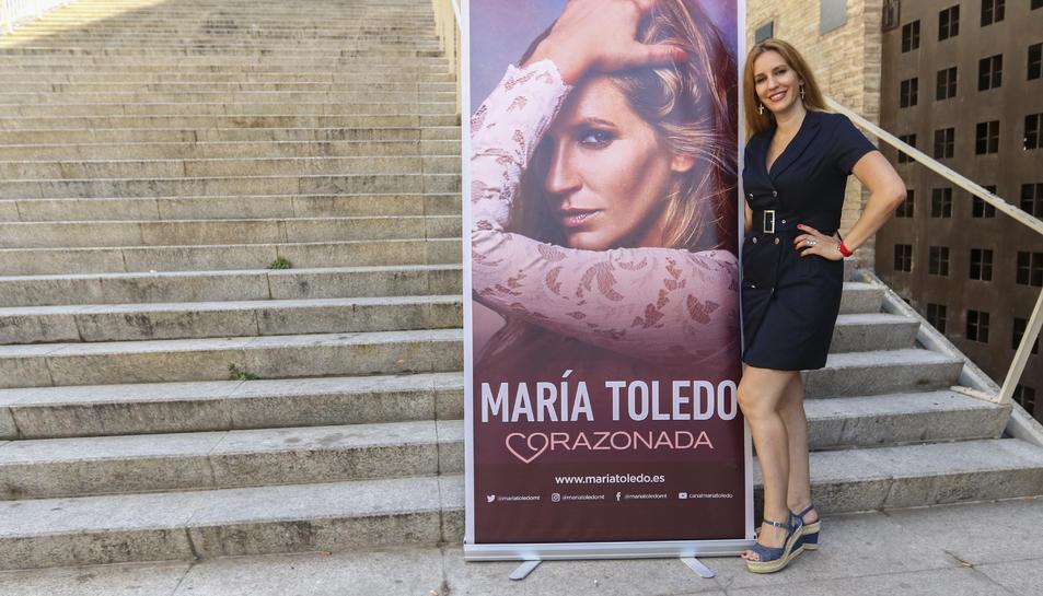 María Toledo, amb la portada del seu darrer disc, a les escales del Palau de Congressos.