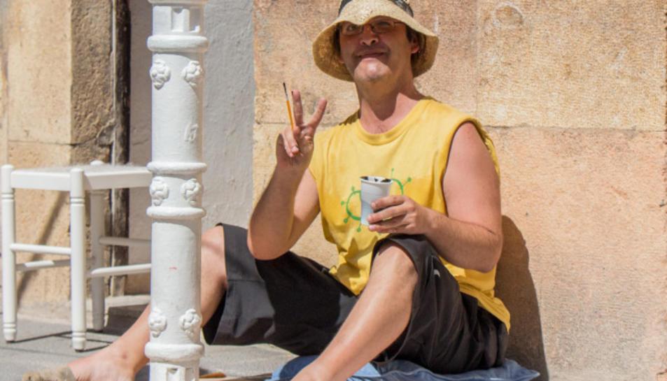 Un home pinta un piló en una de les edicions anteriors de la festa.