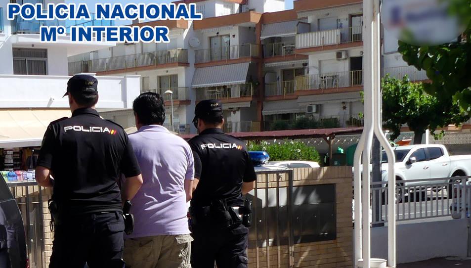 Imatge d'agents de la Policia Nacional enduent-se el detingut.