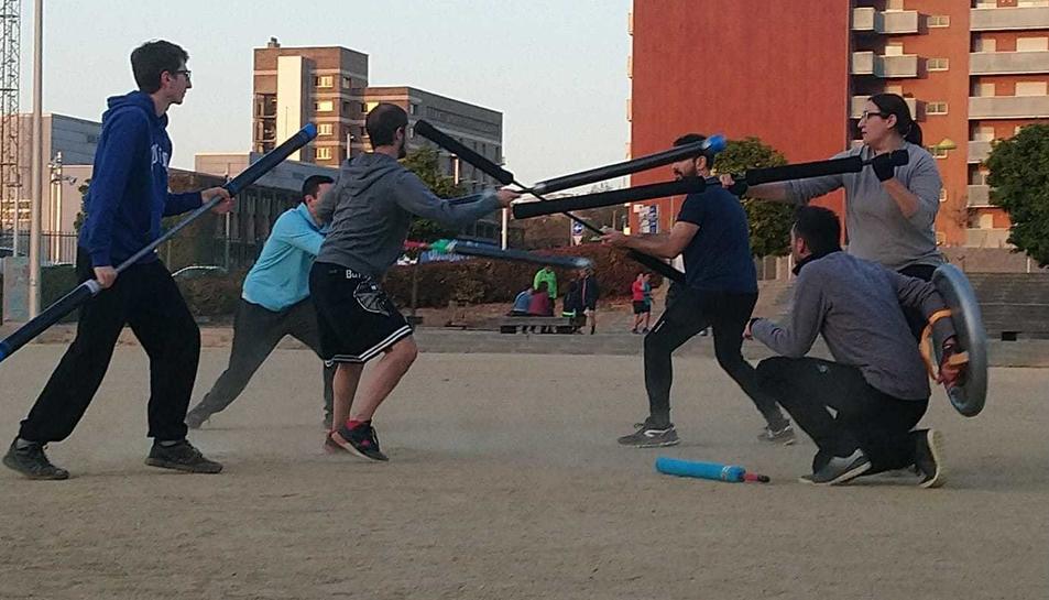 Un partit de 'jugger' a l'aire lliure