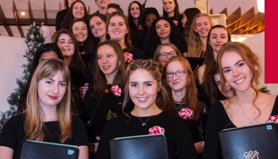 El cor sénior està format per entre 45 i 50 noies i està integrat per complet en la vida escolar de la Farnborough Hill School.