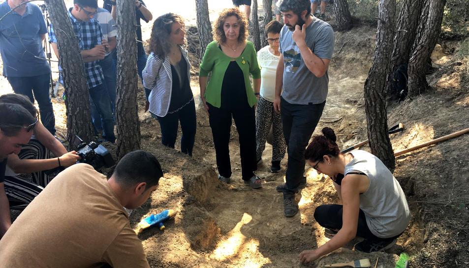 La consellera de Justícia, Ester Capella, visitant els treballs a la fossa del Mas del Primo, a Caseres.