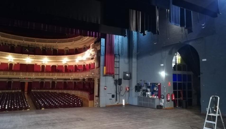 Pla general de la zona de l'escenari del Teatre Fortuny de Reus, durant uns treballs de manteniment.