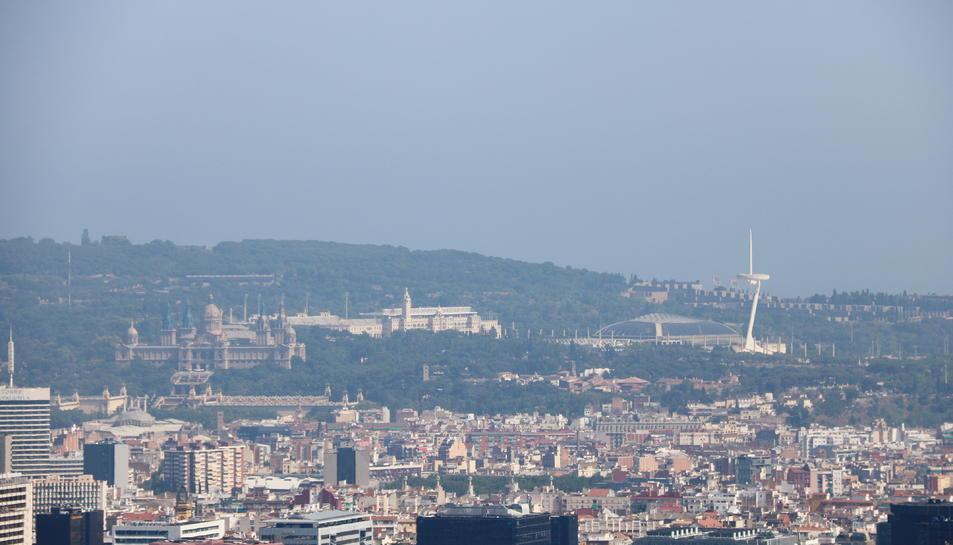 Barcelona amb la muntanya de Montjuïc amb boira per pol·lució al fons després que s'hagi declarat l'episodi per alta contaminació per partícules a Catalunya.