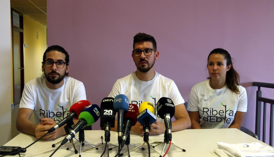 Els membres de la plataforma Rebrotem en la roda de premsa.