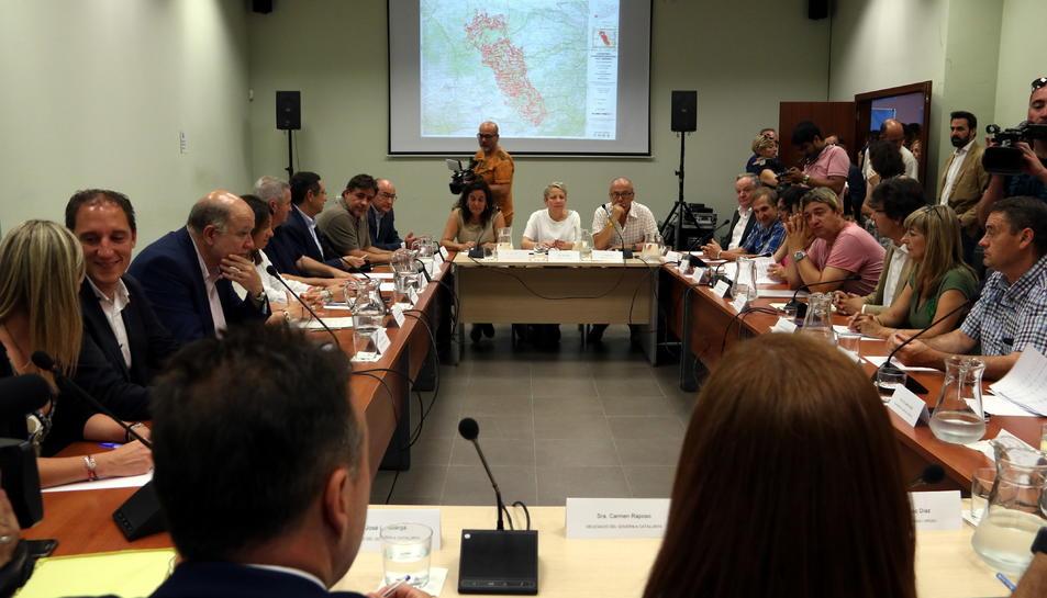 Els representants de les administracions en la reunió a Flix per avaluar els danys i les pèrdues de l'incendi de la Ribera d'Ebre, Les Garrigues, i el Segrià.