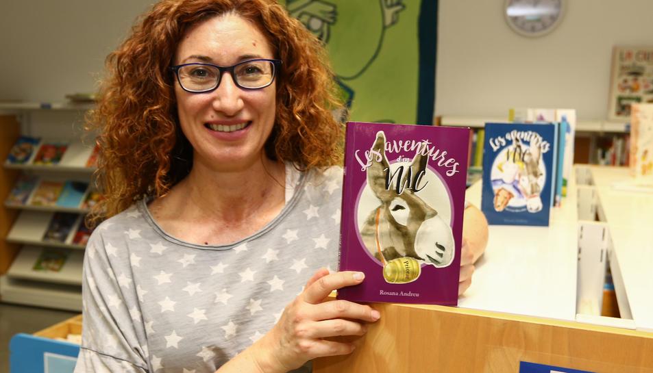 Rosana Andreu a la Biblioteca de Cambrils, on treballa com a bibliotecària.