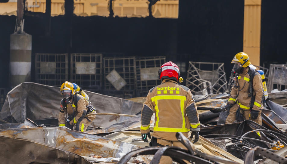 Els Bombers revisen la nau industrial de Miasa incendiada