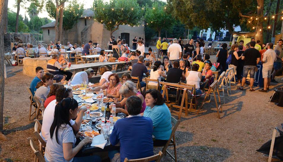 El sopar a la fresca va acollir unes 200 persones.