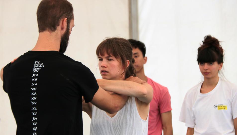 Pla mitjà d'una professor i una alumna en una de les classes per a professionals del festival Deltebre Dansa.