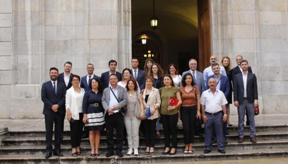 Imatge dels membres de la delegació turca davant de la porta de l'Ajuntament.