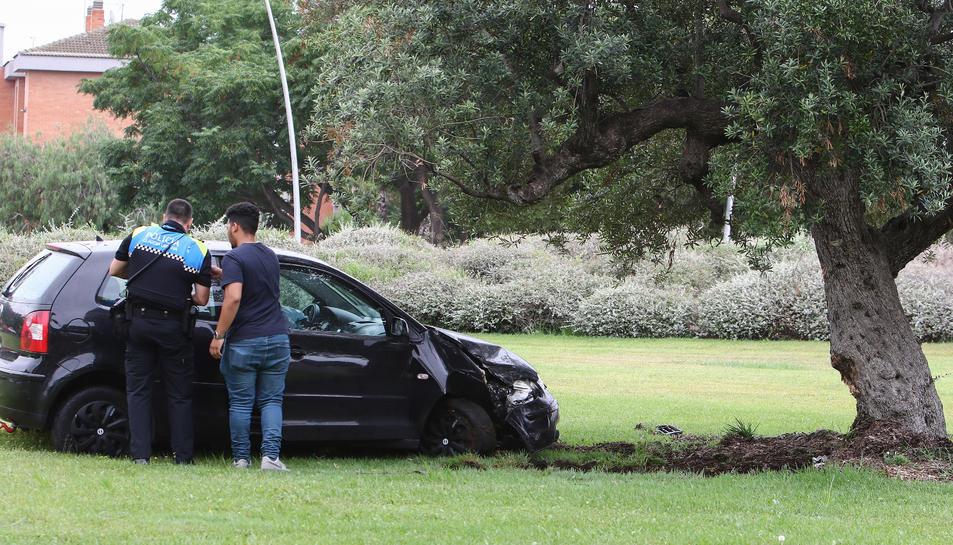 El vehicle ha quedat força danyat de la part davantera.