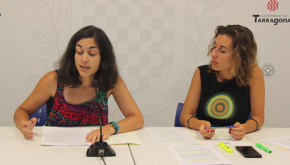 Les conselleres de la CUP a l'Ajuntament de Tarragona, Eva Miguel i Laia Estrada, durant la roda de premsa.