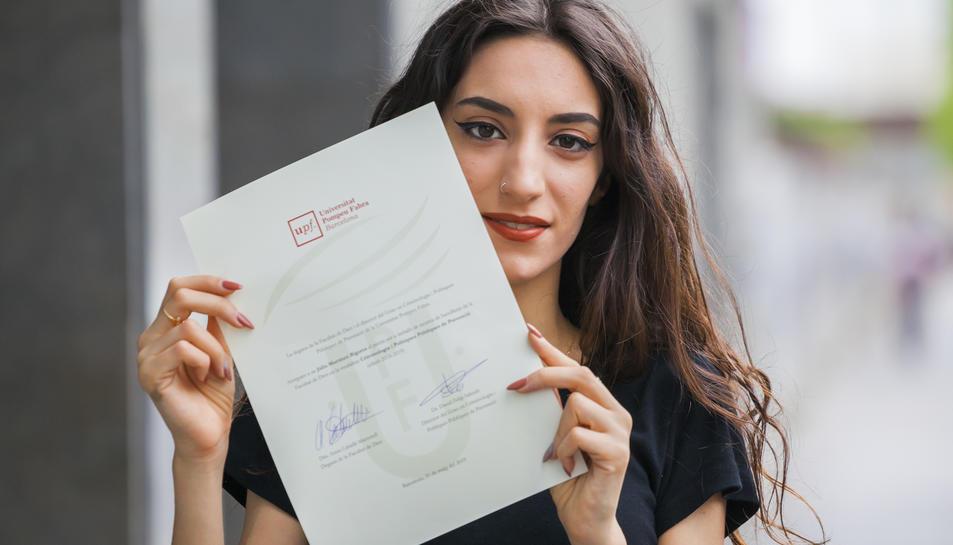 L'estudiant Júlia Martínez amb el document que l'acredita com a guanyadora del premi.