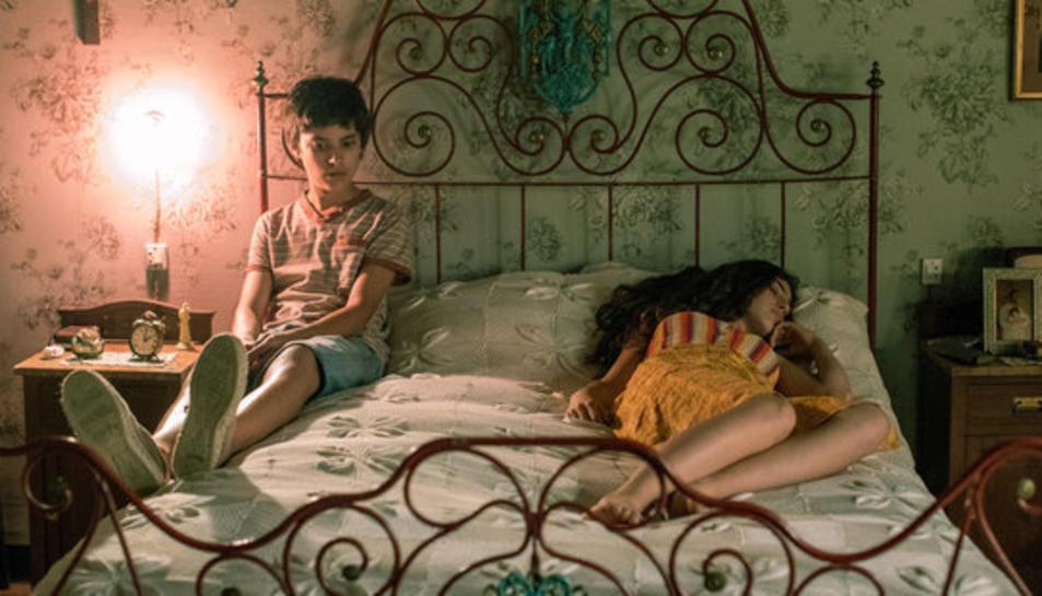 Imatge de la pel·lícula 'La vida sense la Sara Amat' amb els actors Biel Rosell i Maria Morera.