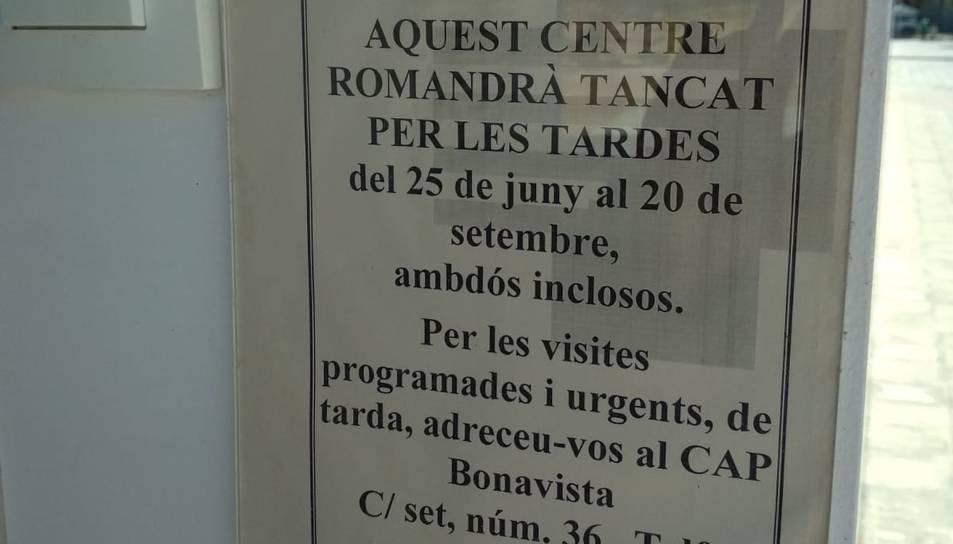 A la porta, un cartell informa de l'horari del CAP durant l'estiu.