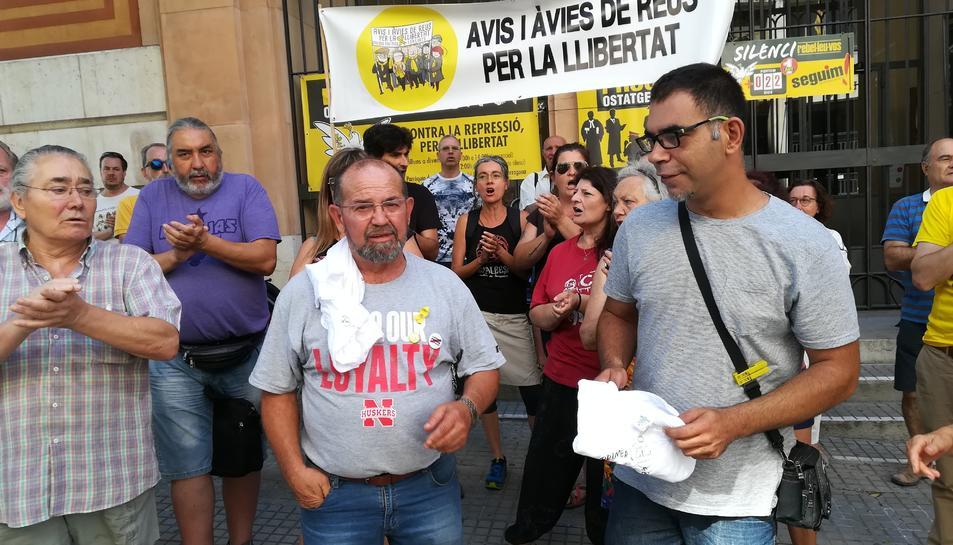 Cabrera i Cid van rebre el suport d'independentistes abans d'accedir-hi al Palau de Justícia.