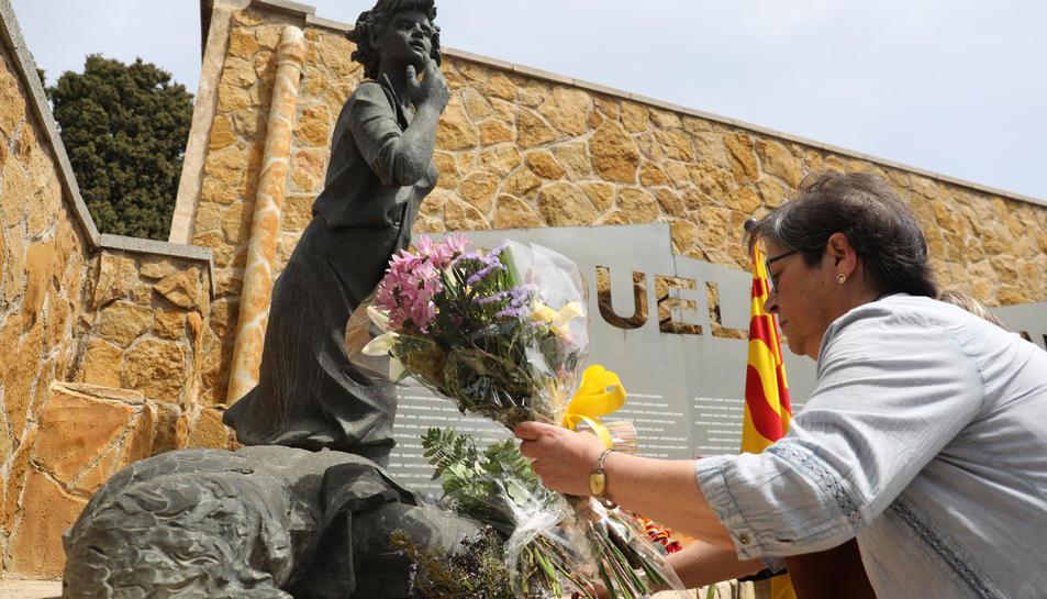 Una dona diposita flors en el monument a les víctimes del franquisme, en una imatge, d'arxiu.