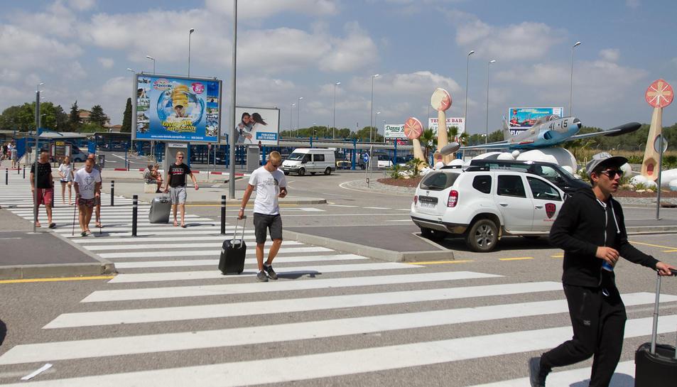 Una imatge d'arxiu de turistes entrant a l'Aeroport de Reus.
