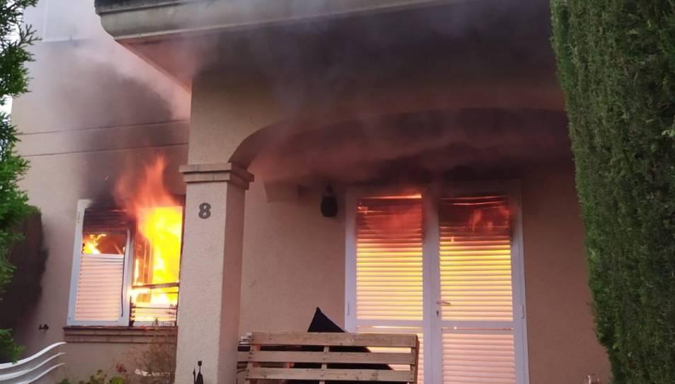 imatge del foc, que s'ha desenvolupat completament a la planta baixa de la casa.