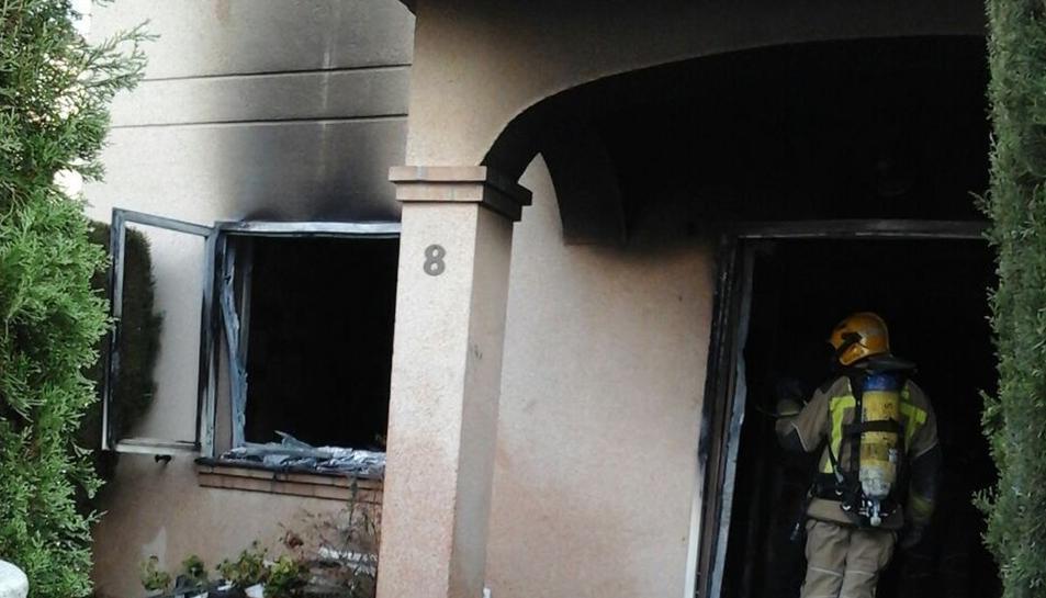 El foc ha cremat la planta baixa de l'habitatge.
