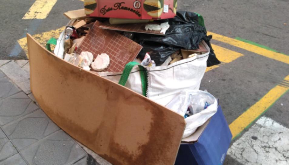 Imatge de les deixalles al carrer Eivissa.