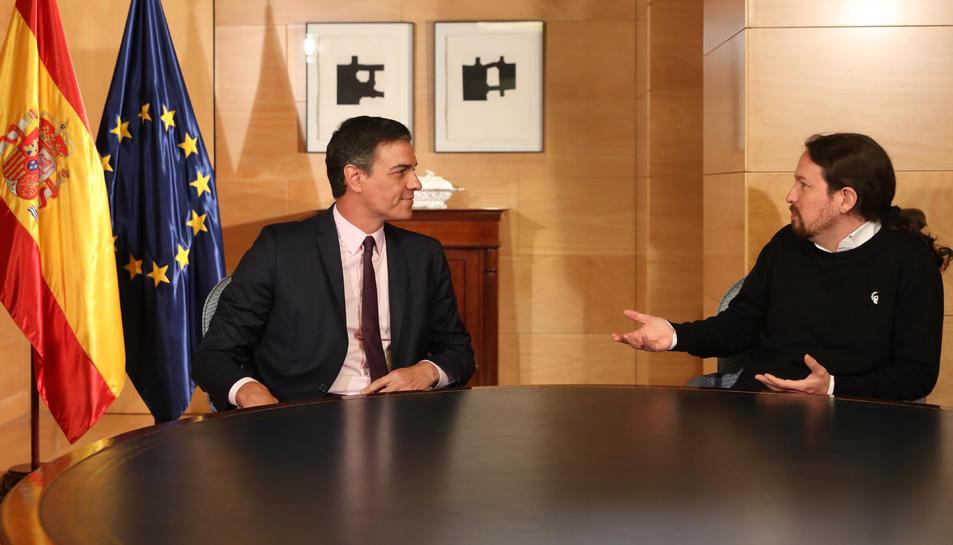 El secretari general del PSOE, Pedro Sánchez, i el líder de Podem, Pablo Iglesias, asseguts a la taula aquest dijous.
