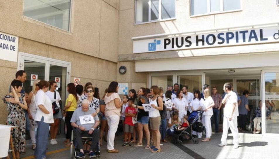 Pla general d'una cinquantena de treballadors del Pius Hospital de Valls concentrats davant les portes del centre hospitalari.