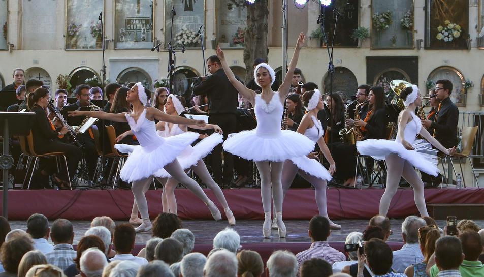 Un ballet va ballar 'El llac dels cignes' amb la música de la Banda Simfònica de Reus al recinte del cementeri.