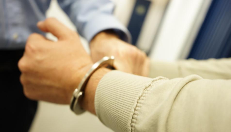 Els Mossos van aconseguir detenir el presumpte autor després que intentés fugir i agredís dos agents.