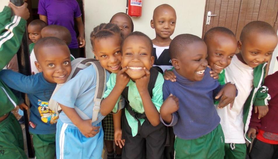 Infants a l'entrada d'un col·legi.