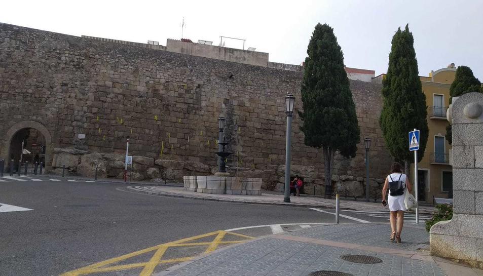 Imatge dels llaços grocs penjats a la Muralla.