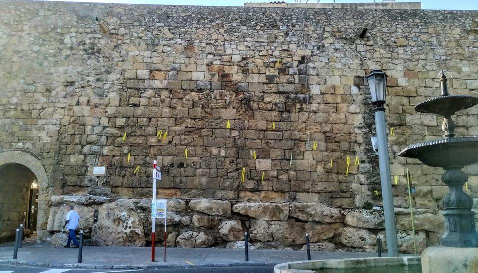 Els llaços grocs penjaven ahir de la muralla romana a l'alçada del Portal del Roser.