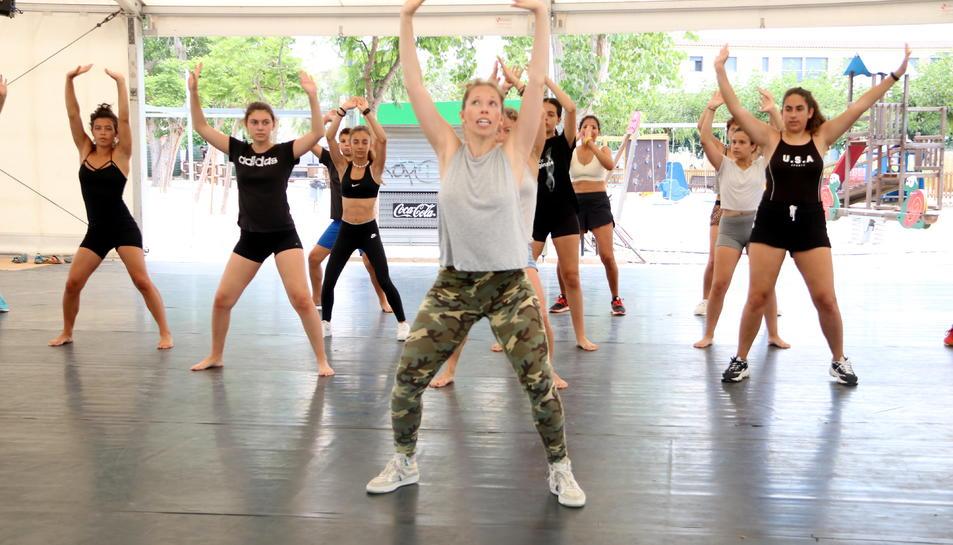 Pla general de la coreògrafa Kim Jordan i de les participants durant el taller de twerking fet aquest diumenge en el marc del festival Deltebre Dansa. Imatge del 14 de juliol del 2019 (Horitzontal).