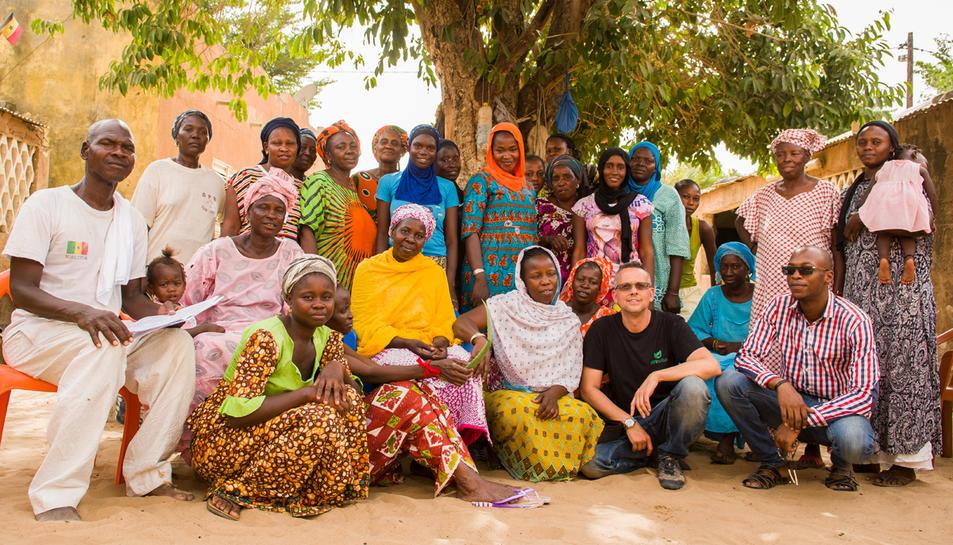 Marc Micola, un dels impulsors d'Afrinatur, amb un grup de dones productores a l'Àfrica.