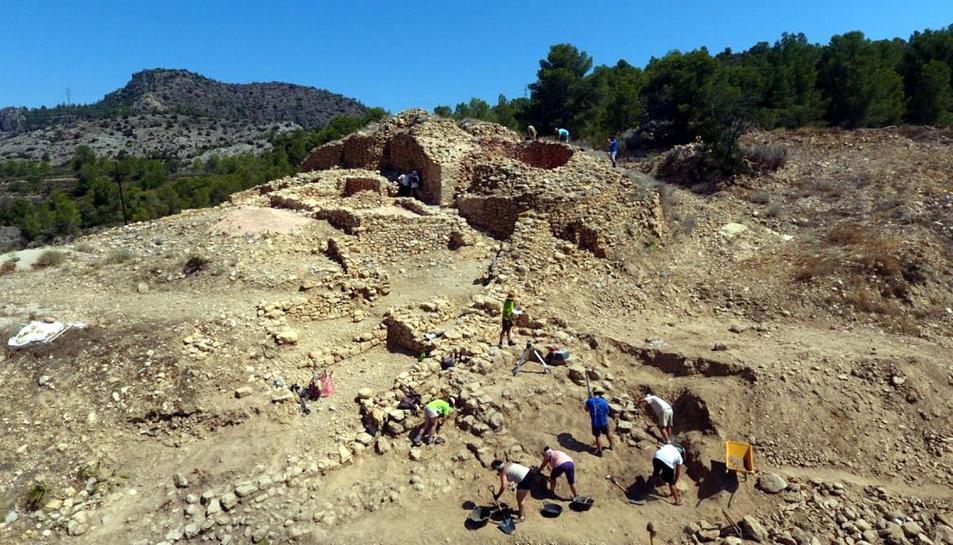 Pla general del jaciment de l'Assut de Tivenys amb els estudiants i arqueòlegs treballant en la vintena campanya d'excavacions. Imatge del 12 de juliol del 2019 (horitzontal)