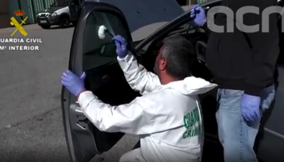 Agents inspeccionen el vehicle que es va fer servir en els fets.