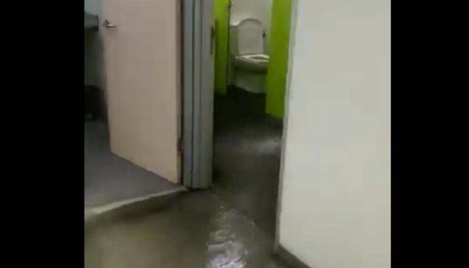 Una canonada rebentada va provocar la inundació de la comissaria.