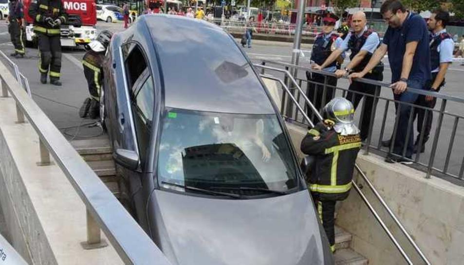 Imatge del vehicle a l'inici de les escales de la boca del metro.