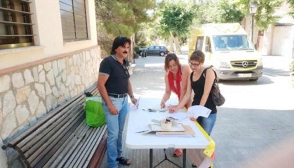 Membres dels sindicant recollint les signatures davant del centre assistencial.