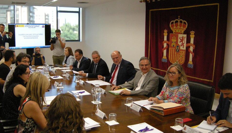 Imatge de la reunió del subdelegat del Govern a Tarragona, Joan Sabaté, amb els alcaldes dels municipis afectats per l'incendi.