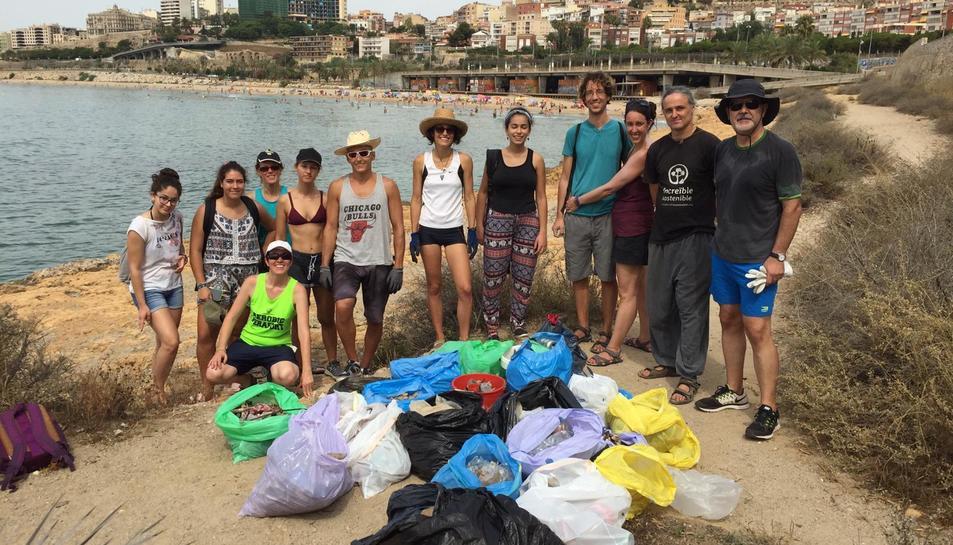 Imatge del grup de veïns que va participar a la neteja de la zona de la punta del Miracle.