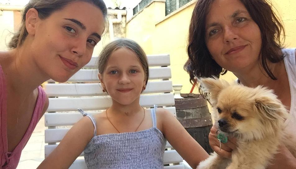 La Joana Reyes, a la dreta, amb la Kira, al centre, i la seva filla.