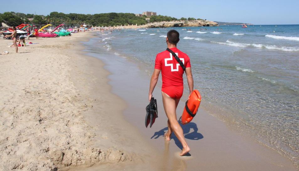 La platja de l'Arrabassada de Tarragona, amb un socorrista de la Creu Roja vigilant la zona.