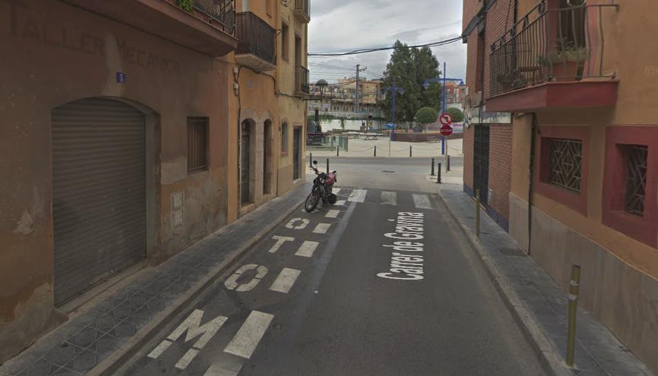La moto que ha cremat estava estacionada al carrer Gravina.
