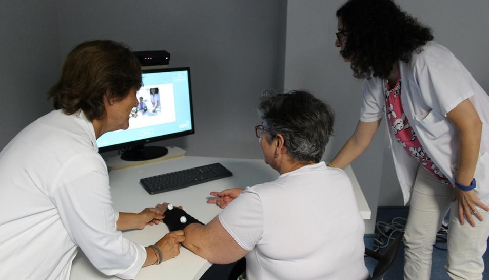 Imatge d'un pacient fent tractament amb realitat virutal a l'Hospital Joan XXIII.