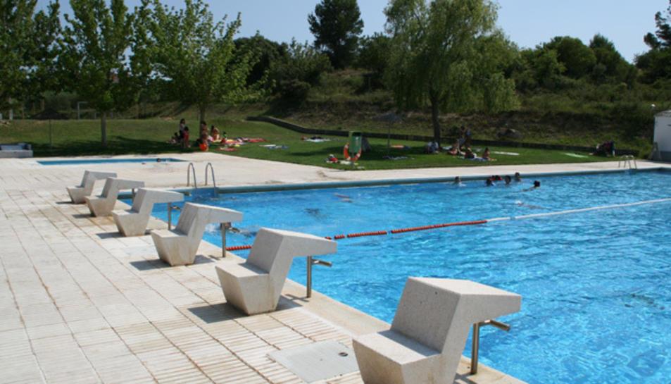 Els joves, de 18 anys, es van banyar a la piscina municipal i van forçar la porta del bar.